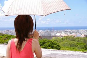 日傘で効果があるのは黒色か白色か?