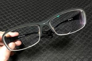 近視用メガネを貼るレンズで老眼鏡(遠近両用メガネ)に!
