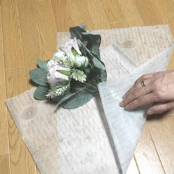 「100均材料でできる花束ラッピングの方法 2」