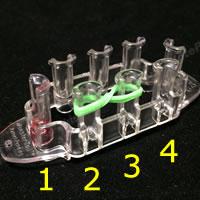 割り箸を使って作る「初心者でも作れるゴムブレスレットの作り方!手順 1」